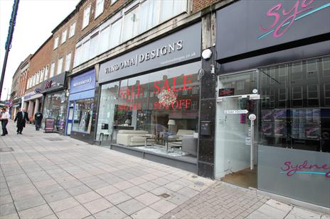 Prominent 'High Street' Retail Showroom (A1) To Let - Southgate N14